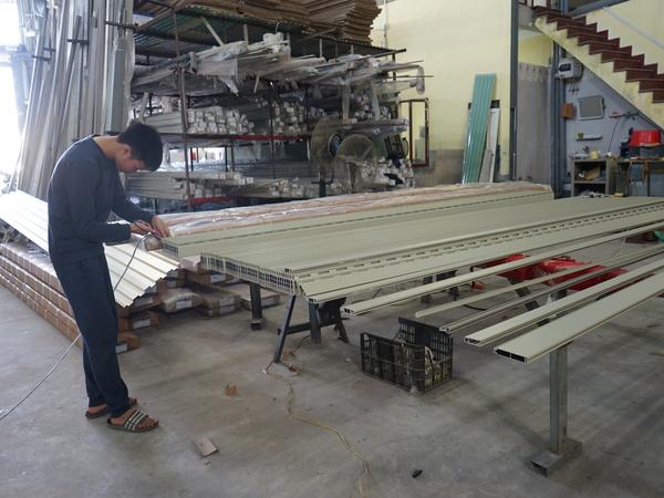 xưởng sản xuất cửa khe thoáng